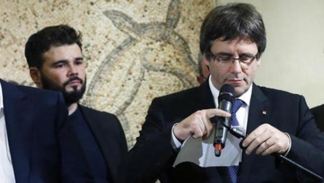 El diputado de ERC, Gabriel Rufián, junto al expresident Carles Puigdemont.