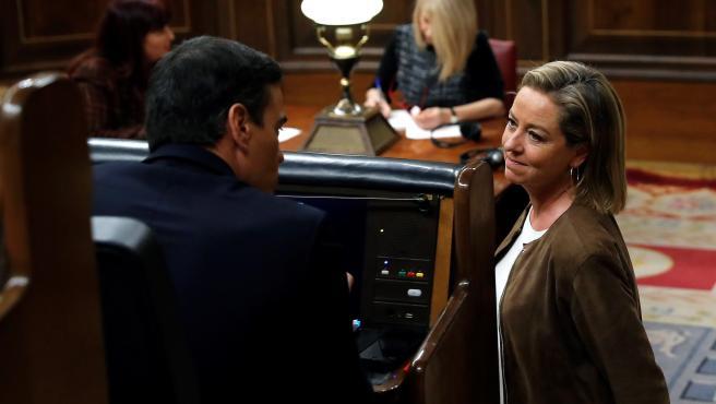 La diputada de Coalición Canaria, Ana Oramas, conversa con Pedro Sánchez durante el pleno de investidura en el Congreso.