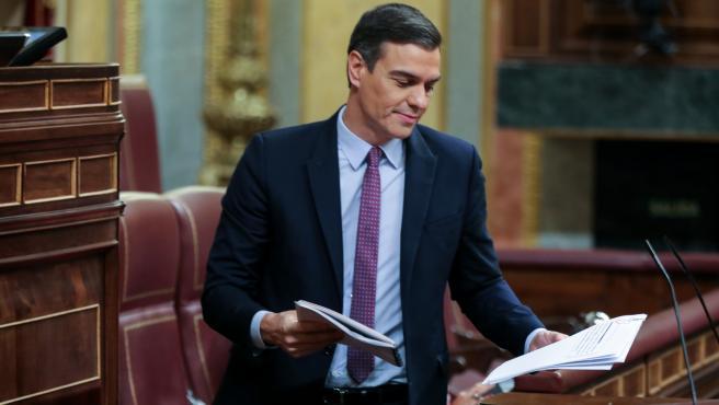 El presidente del Gobierno en funciones, Pedro Sánchez, se dispone a dar la réplica a los portavoces del Grupo Plural durante la primera sesión del debate de su investidura en la XIV Legislatura en Madrid (España), a 4 de enero de 2020.