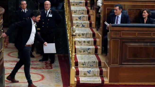 El portavoz de ERC, Gabriel Rufián, bajo la mirada de Pedro Sánchez, abandona la tribuna tras su intervención ante el pleno del Congreso.