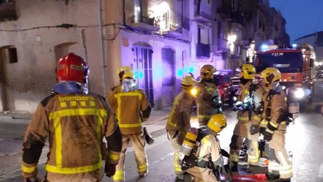 Bomberos de la Generalitat extinguen un incendio en un piso de Tortosa (Tarragona).