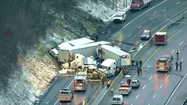 El estado de la carretera después de la colisión múltiple