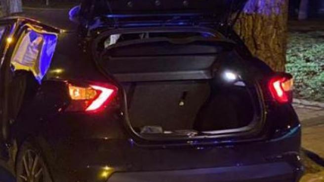 Imagen del maletero del coche donde había sido retenido el dueño del vehículo en un intento de secuestro.