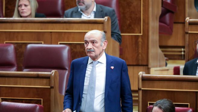 El diputado del PRC, José María Mazón, se dirige a intervenir en la primera sesión del debate de investidura del candidato socialista a la Presidencia de Gobierno en la XIV Legislatura en Madrid (España), a 4 de enero de 2020.