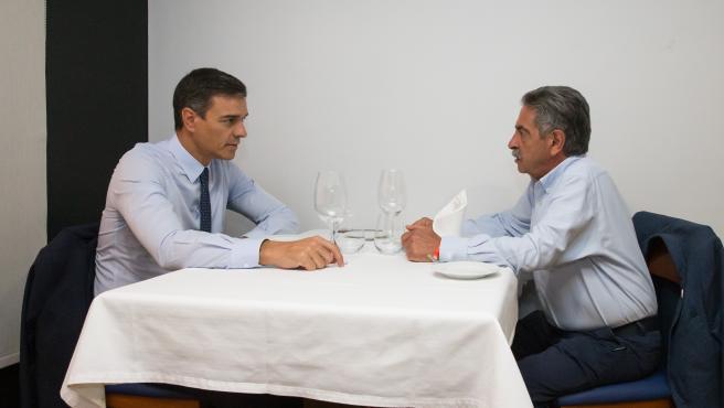 El presidente de España en funciones, Pedro Sánchez, y el jefe del Ejecutivo cántabro, Miguel Ángel Revilla, comen en un restaurante en Santander