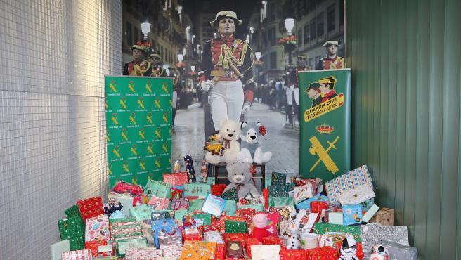 Guardia Civil ha entregado 200 juguetes nuevos a Son Espases y a otras dos asociaciones dentro de la campaña 'Ningún niño sin juguete nuevo'