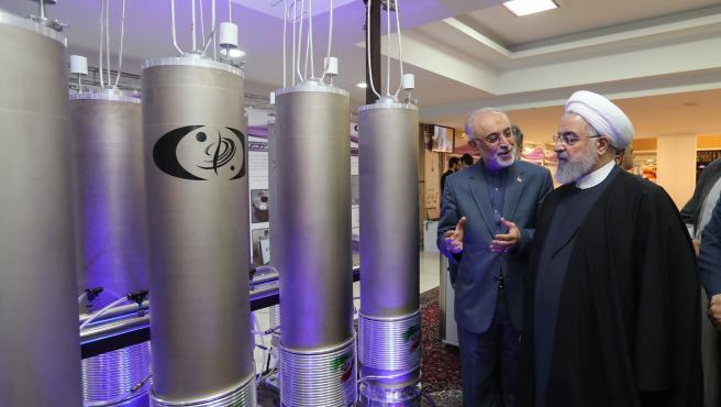 El presidente iraní, Hasan Rohani, inspeccionando una planta nuclear en Teherán, Irán.