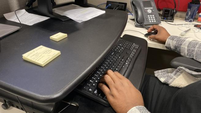 Hombre trabajando con un ordenador.