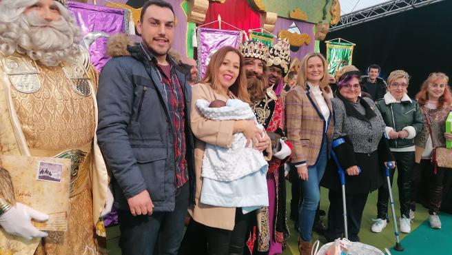 La alcaldesa de Barakalado y los Reyes Magos entregan la canastilla al primer bebé nacido en el municipio