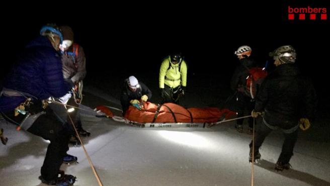 Los Bombers de la Generalitat y el SEM rescatan a un alpinista herido grave tras caer por un glaciar de 200 metros en el Pas dels Gasolans (Lleida).