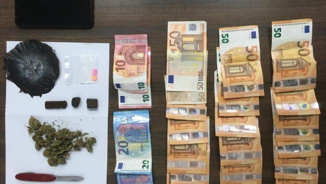 Material incautado en una operación conjunta de Policía Nacional y Policía Local en la que se han llevado a cabo controles en zonas y locales de ocio para prevenir el consumo de sustancias estupefacientes en Palma.