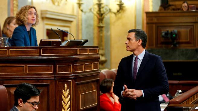 Meritxell Batet junto a Pedro Sánchez durante la segunda sesión del debate de investidura.