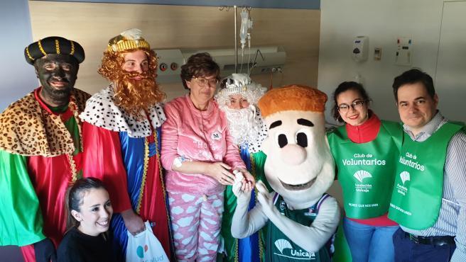 Pacientes de Quirónsalud Málaga reciben la visita de los Reyes Magos y Chicui