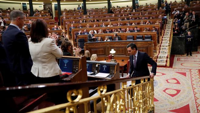 El candidato a la Presidencia del Gobierno, Pedro Sánchez, entra en el hemiciclo del Congreso de los Diputados durante la primera sesión del debate de investidura.