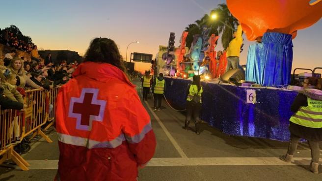 Una voluntaria de Cruz Roja durante una cabalgata de reyes