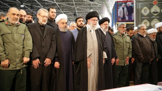 Ali Jamenei reza ante los féretros de guardias revolucionarios iraníes en Teherán.