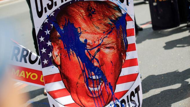 Una imagen de Donald J. Trump en una protesta en Manila.