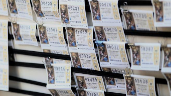 Un panel con diferentes boletos de la Lotería del Niño.