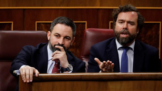 Los diputados de Vox, Santiago Abascal e Iván Espinosa de los Monteros, disconformes desde sus asientos.