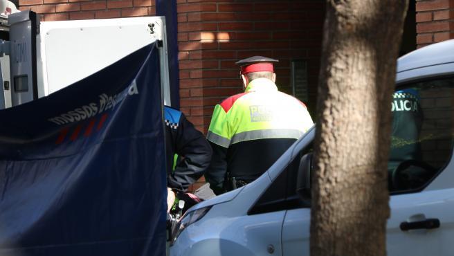 Pla cerrado del momento que sacan el cuerpo de una de las víctimas del doble crimen en un piso de Esplugues de Llobregat.