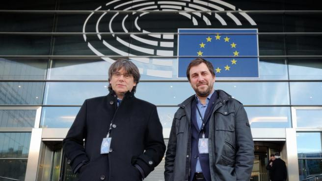 Carles Puigdemont y Toni Comín en la entrada del Parlamento europeo.