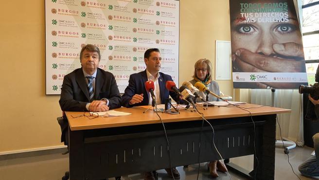 Luis Morcillo, director de la Oficina Municipal de Atención al Consumidor de Burgos, Daniel de la Rosa, alcalde de Burgos, y Dolores Ovejero, concejal de Comercio y Consumo del Ayuntamiento de Burgos.