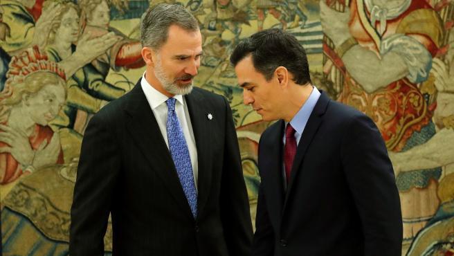 """El presidente del Gobierno, Pedro Sánchez, ha prometido su cargo ante el rey en el Palacio de la Zarzuela, un acto que ha protagonizado por segunda vez y en el que, al igual que en la primera ocasión, lo ha hecho ante la Constitución y sin presencia de la Biblia y el crucifijo. Una vez que Sánchez ha prometido su cargo en el Salón de Audiencias del Palacio de la Zarzuela, Felipe VI se ha dirigido a él para darle la enhorabuena, momento en el que el jefe del Gobierno ha afirmado: """"Ocho meses para diez segundos"""". También ha comentado que """"ha sido rápido, simple y sin dolor"""", a lo que ha añadido que """"el dolor viene después""""."""