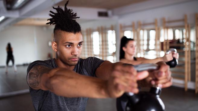Con el crossfit, uan disciplina que utuliza, entre otras cosas, el entrenamiento con pesas rusas, se pueden quemar unas 13 calorías pro minuto.
