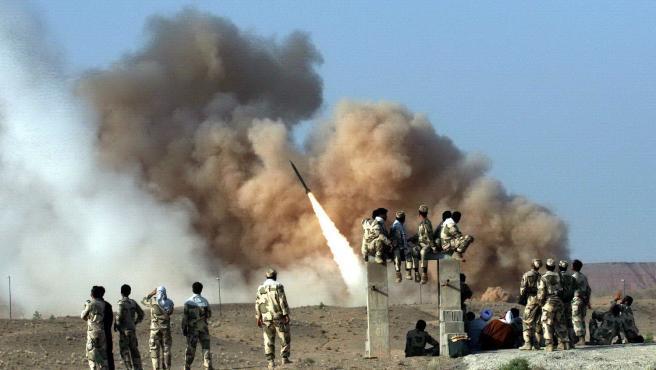 Imagen de archivo que muestra el lanzamiento de un misil por parte de la Guardia Revolucionaria iraní.