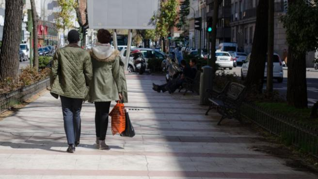 Parejas, calle, gente, pasear, paseando, compras, centro de Madrid, amor, compra, comprar, compras, caminar, caminando, andar