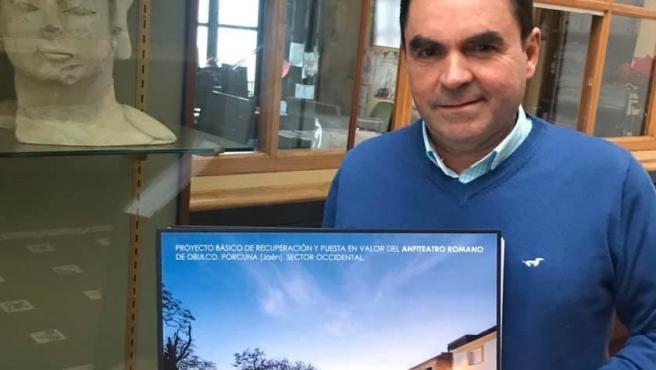 El alcalde de Porcuna, Miguel Moreno, muestra el proyecto para la recuperación del anfiteatro romano de Obulco