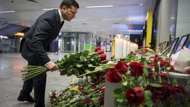 El presidente de Ucrania, Volodimir Zelensky, presenta sus respetos a las víctimas del accidente.