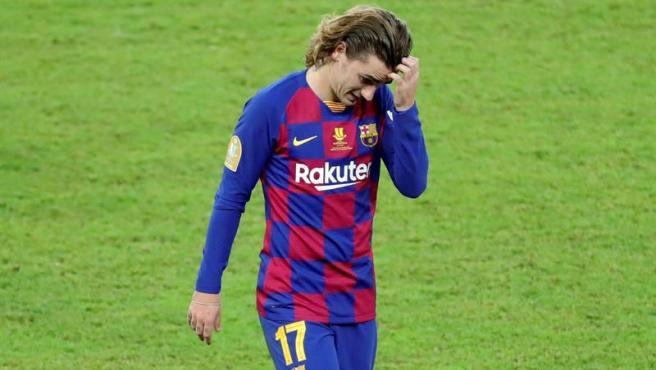 Griezmann se lamenta durante la semifinal de la Supercopa ante el Atlético