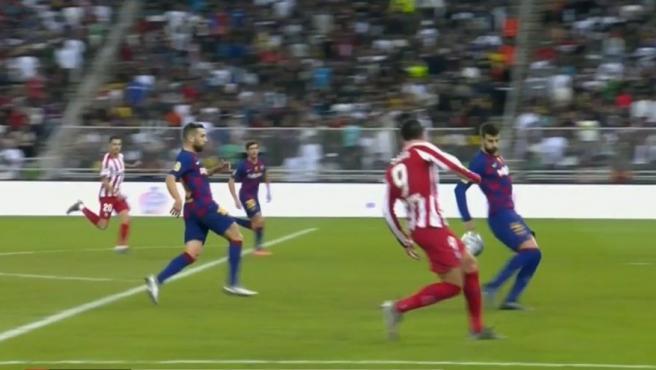 El balón impacta en la mano de Piqué dentro del área.