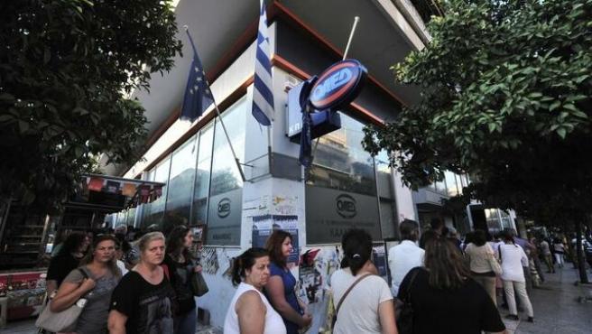 Imagen archivo de una cola ante la oficina de empleo en la Unión Europea.
