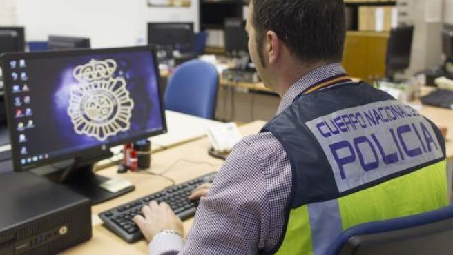 Un policía investiga estafas cometidas a través de Internet.