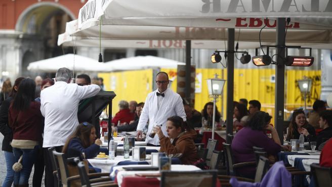 Bar, bares, gente, personas, persona, hostelería, turismo en Madrid, turistas, turista, terraza, terrazas, salir, tomar algo, tomando algo, beber, bebiendo, comer, comiendo, camarero, camareros, restaurante, restaurantes, Plaza Mayor, trabajo