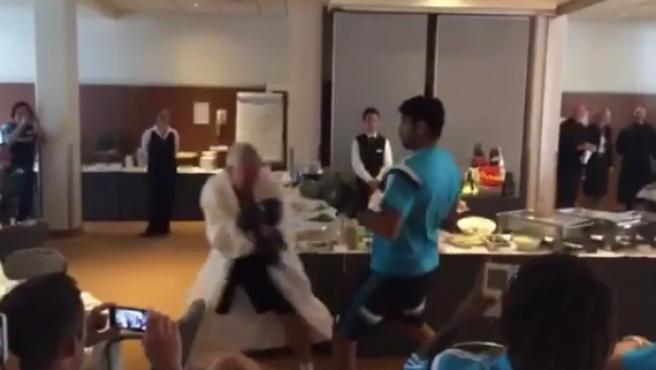 Diego Costa, en su pelea con el utillero del Chelsea