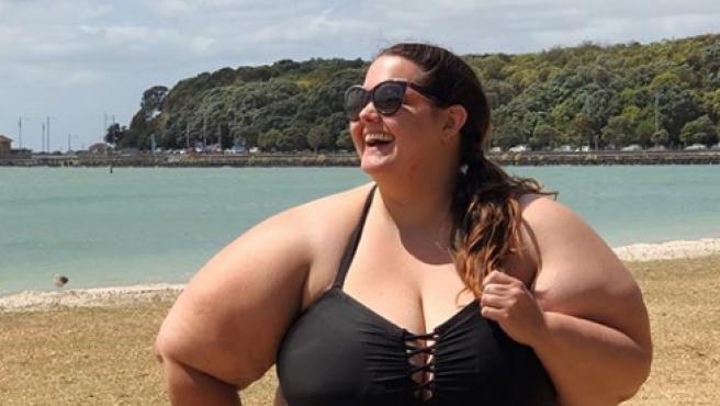 La influencer de Instagram, Meaghan Kerr, posa en una de sus publicaciones en la playa.