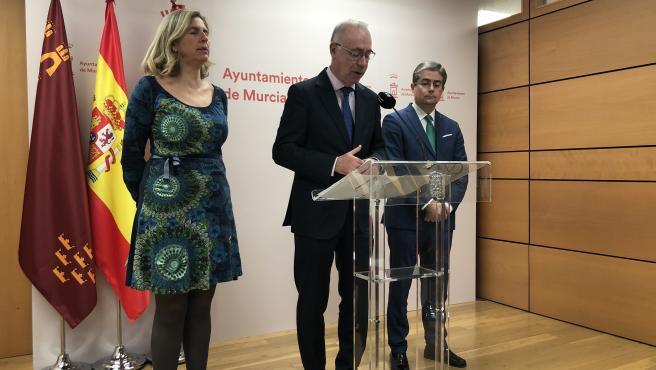 Los concejales Mercedes Bernabé, Antonio Navarro y Jesús Pacheco, del Ayuntamiento de Murcia, informan de los asuntos aprobados en la Junta de Gobierno