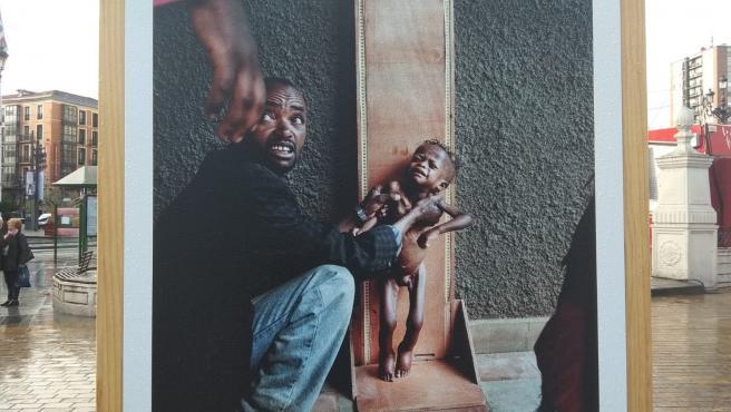Una de las imágenes que forman parte de la exposición'La infancia marca. Cien años defendiendo los derechos de los niños y las niñas', de Save the Children.