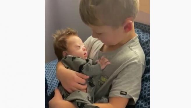 Rayce Powell, el niño que canta a su hermano con síndrome de Down.