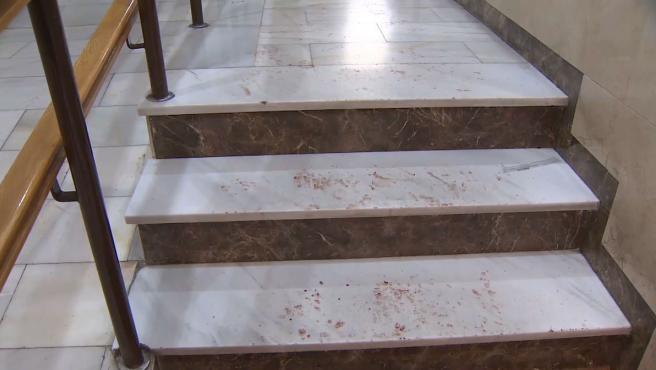 Un hombre de 51 años ha fallecido por disparos de un policía al que había acuchillado en el cuello, al igual que a otro agente, en una vivienda del distrito madrileño de Villa de Vallecas a la que los agentes habían acudido a raíz de una denuncia por un caso de violencia machista.