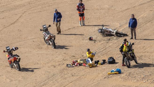 Toby Price y otros competidores se acercan al lugar del accidente de Paulo Gonçalves.