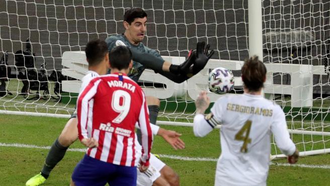 Courtois despeja el remate de Morata ante la mirada de Sergio Ramos.
