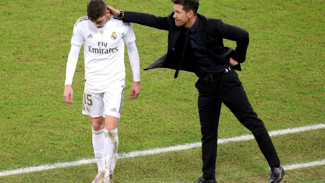 Fede Valverde, junto a Simeone tras ser expulsado