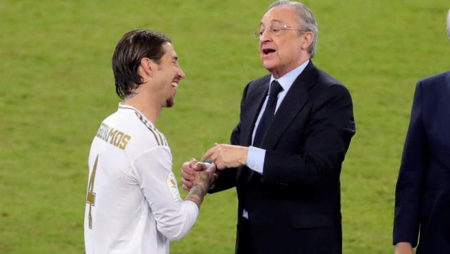 El capitán del Real Madrid y el presidente, tras ganar la Supercopa.