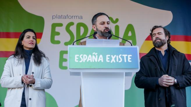(I-D) la presidenta de Vox Madrid, Rocio Monasterio, el presidente de Vox, Santiago Abascal, y el portavoz de Vox en el Congreso, Iván Espinosa de los Monteros, durante una concentración convocada por su partido e impulsada por la plataforma 'España Exist