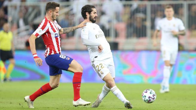 Isco, presionado por Saúl Ñíguez durante la final de la Supercopa.