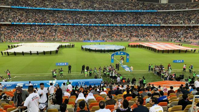 Las camisetas de los equipos, sobre el césped del estadio Rey Abdullah.